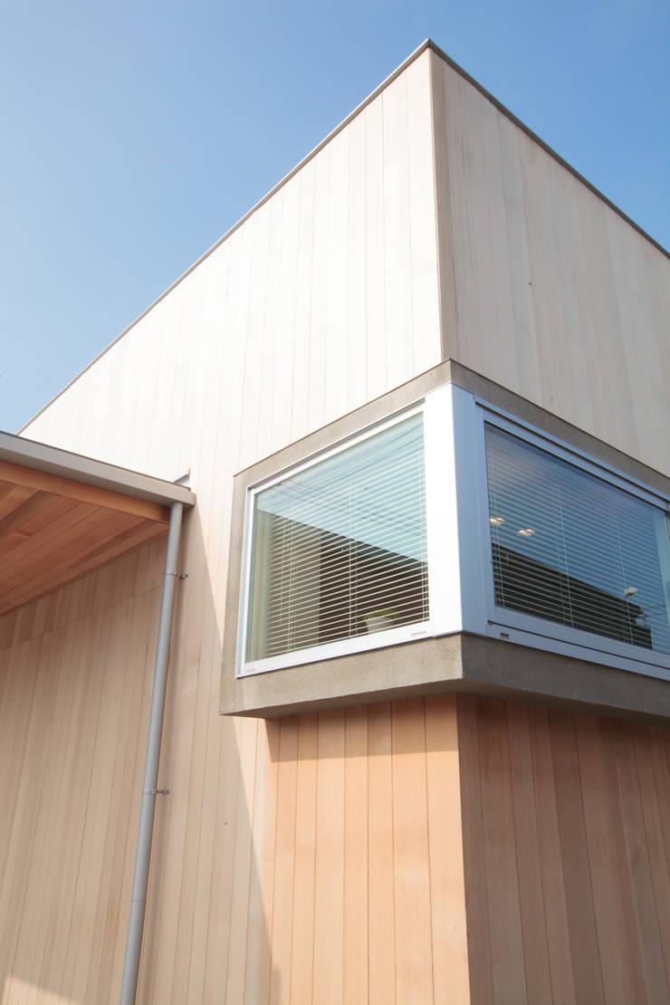 出窓: 内田建築デザイン事務所が手掛けた窓です。
