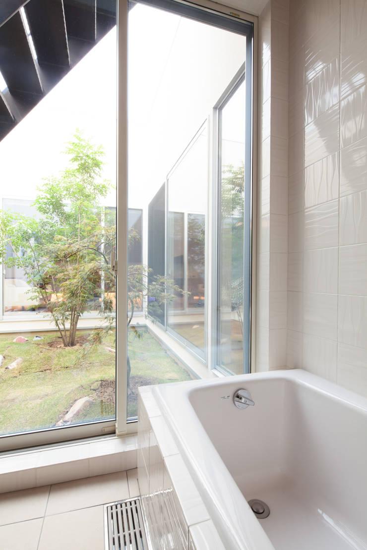バスルーム: 内田建築デザイン事務所が手掛けたスパ・サウナです。