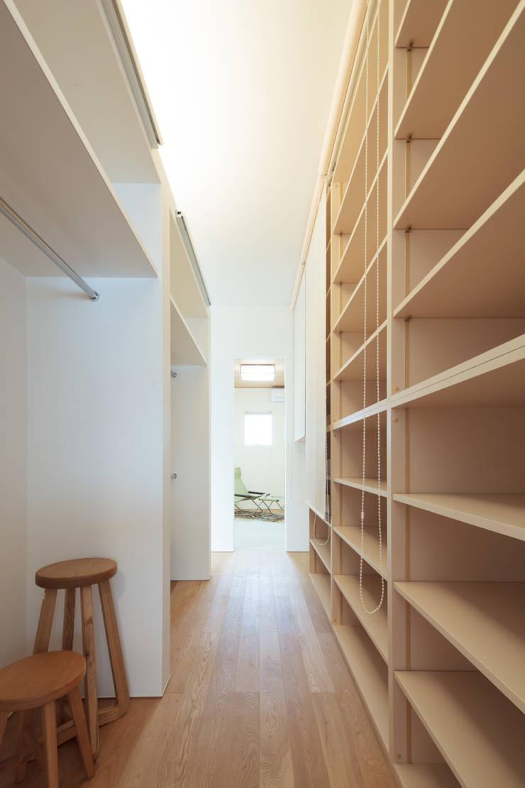 クローゼット: 内田建築デザイン事務所が手掛けたウォークインクローゼットです。