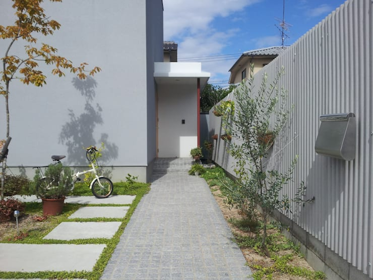 アプローチ: 内田建築デザイン事務所が手掛けた庭です。