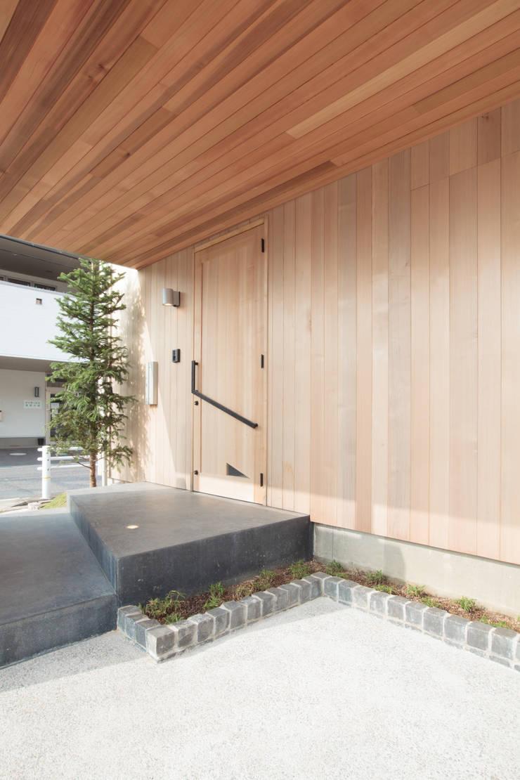 アプローチ: 内田建築デザイン事務所が手掛けた窓です。