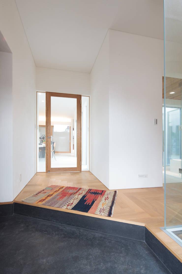玄関: 内田建築デザイン事務所が手掛けた廊下 & 玄関です。