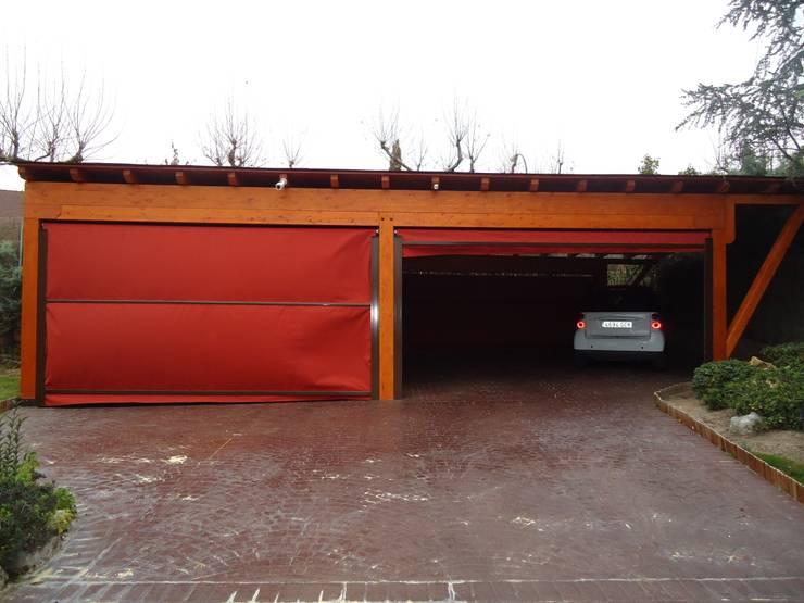Garaje a un agua con cortavientos motorizados: Garajes abiertos de estilo  de Pergomadera Pérgolas y Porches de madera