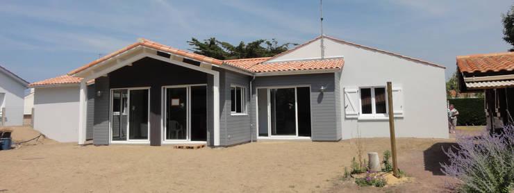 Extension ossature bois en Vendée: Maisons de style de style Moderne par ARCHIVORE Eric Piton architecte dplg