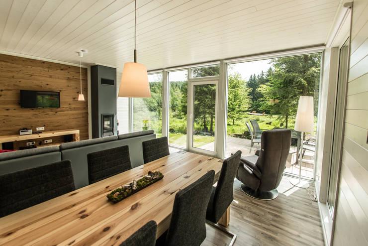 Handgefertigte Massivholzmöbel fügen sich in den freien Blick auf den Thüringer Wald harmonisch ein... :  Esszimmer von Ferienhaus Lichtung       im grünen Herzen Deutschland