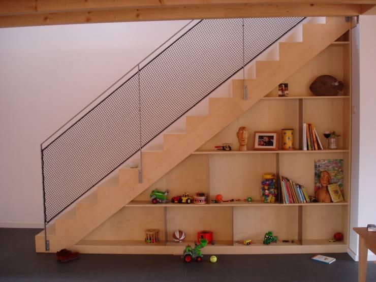 Modern und naturnah: Haus aus Holz Einfamilienhaus in der Eifel, Mendig :  Flur, Diele & Treppenhaus von PELL Architekten