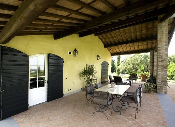 Villa Via Pollinelle: Terrazza in stile  di Studio Tecnico Fanucchi