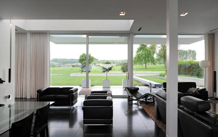 Le cube blanc : Salon de style de style Minimaliste par Luc Spits Interiors