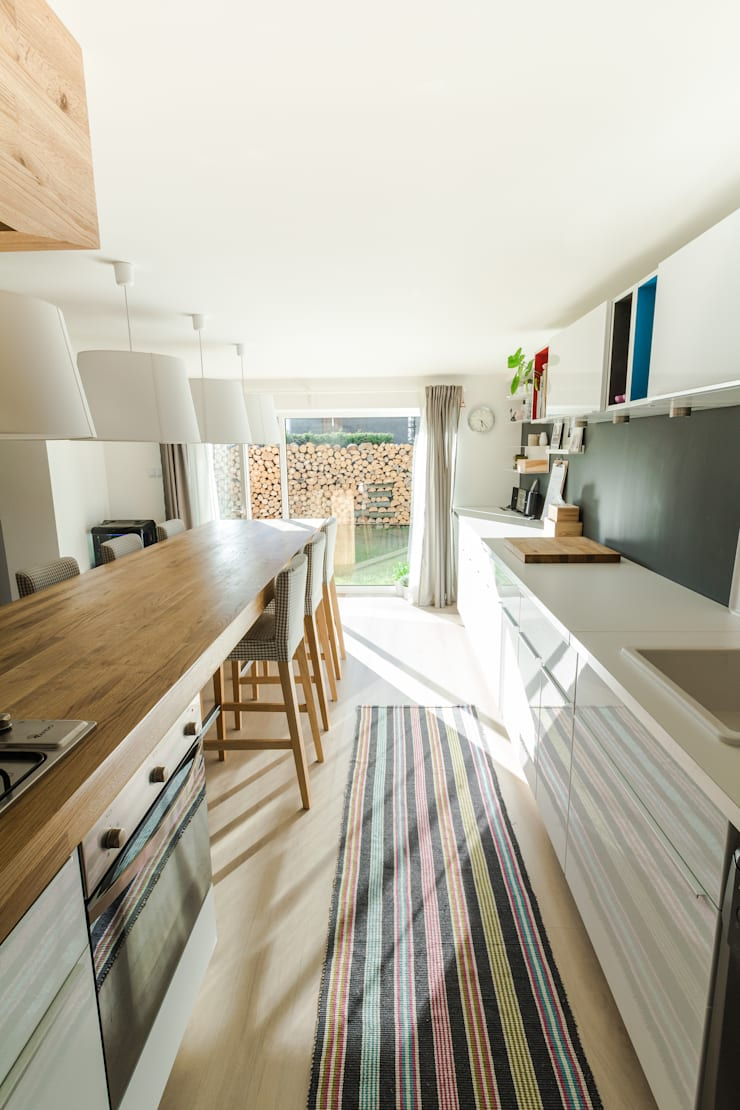 Kuchnia w garażu - Jaworzno - Stan obecny - Widok na ogród: styl , w kategorii  zaprojektowany przez Bednarski - Usługi Ogólnobudowlane,