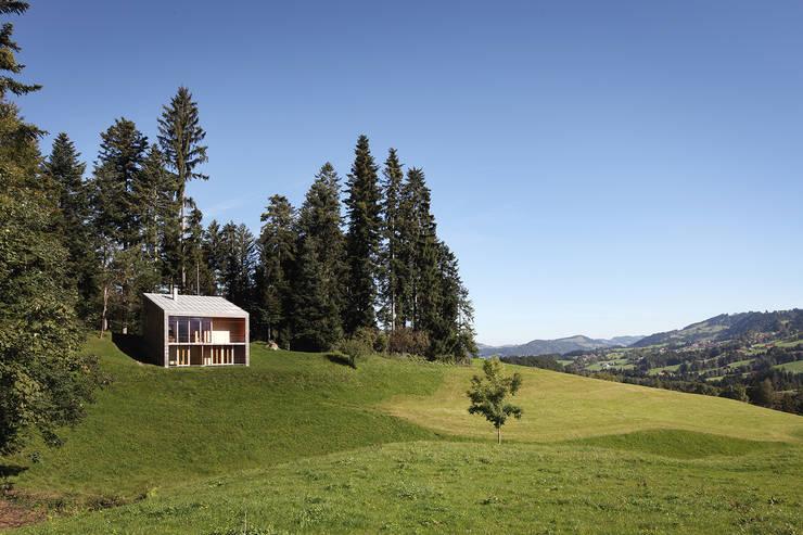 Bienenhus im sanft geschwungenen Voralpengebiet:  Häuser von Yonder – Architektur und Design
