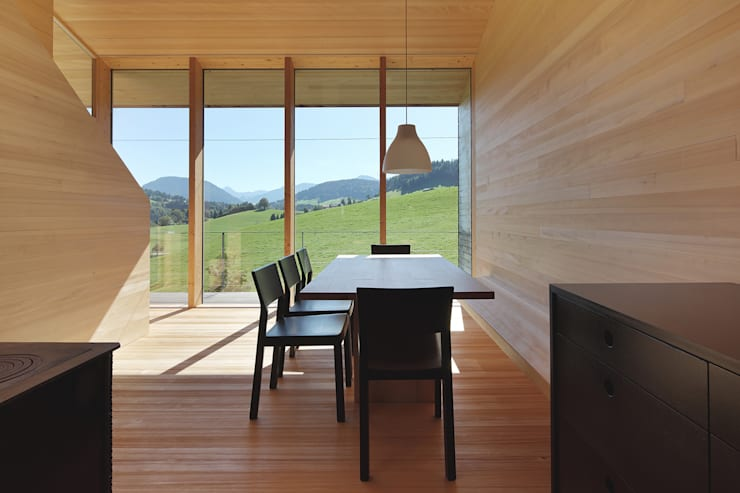 Bienenhus - Wohnbereich mit Weißtanne ausgekleidet:  Esszimmer von Yonder – Architektur und Design