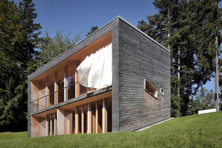 Bienenhus - Ansicht mit wehendem Sonnenschutz:  Häuser von Yonder – Architektur und Design