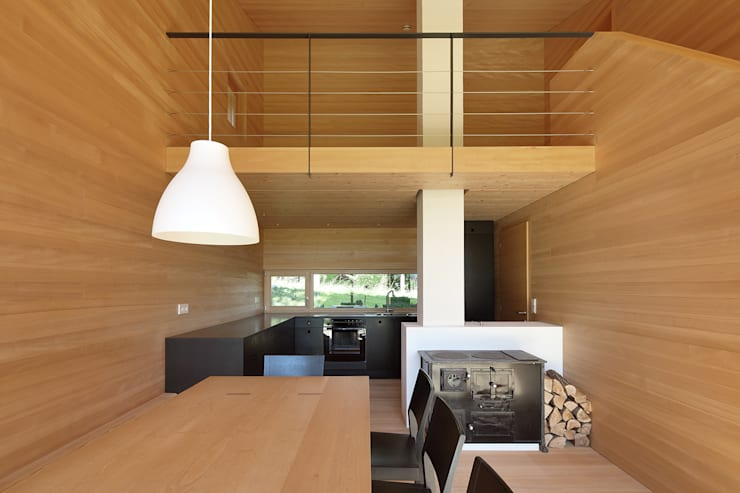 Bienenhus - Wohnbereich mit historischem Holzofen:  Küche von Yonder – Architektur und Design