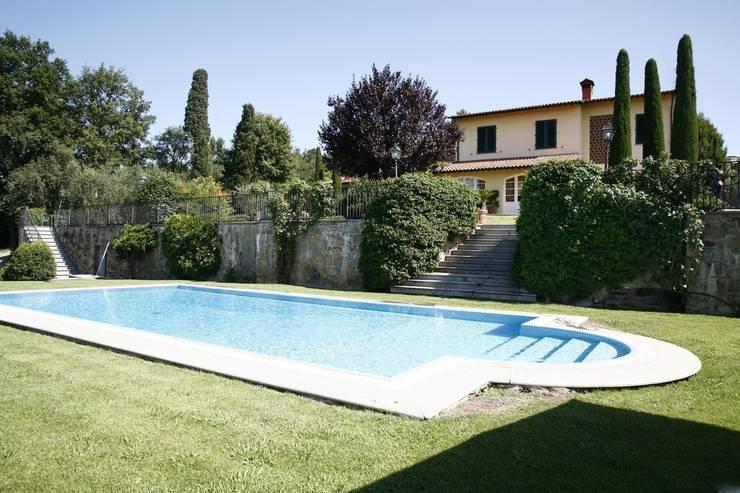 Villa Via Poggio Baldino: Case in stile in stile Classico di Studio Tecnico Fanucchi