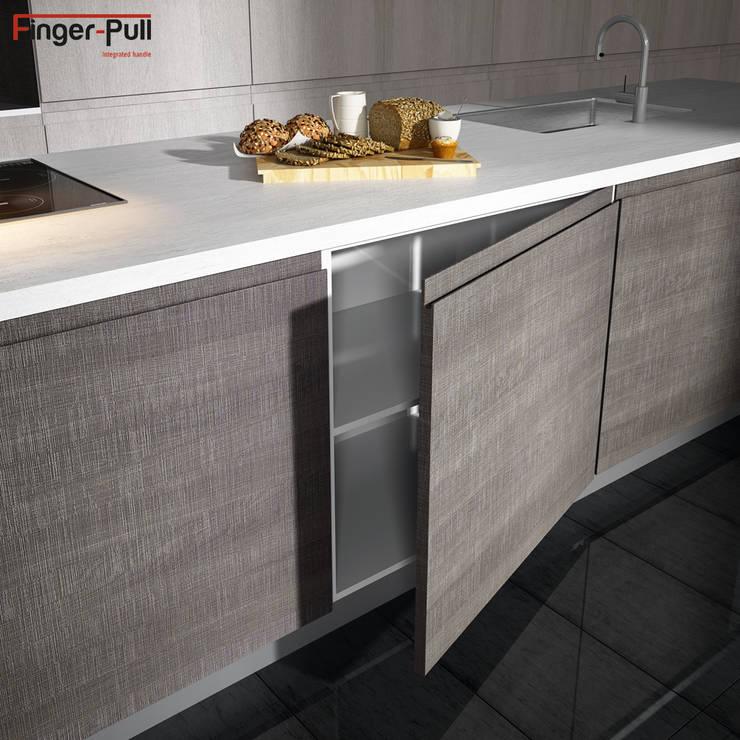 """Detalle de puerta de cocina de la gama Syncron con puertas Finger-Pull en """"perfil J"""": Cocina de estilo  de ALVIC"""