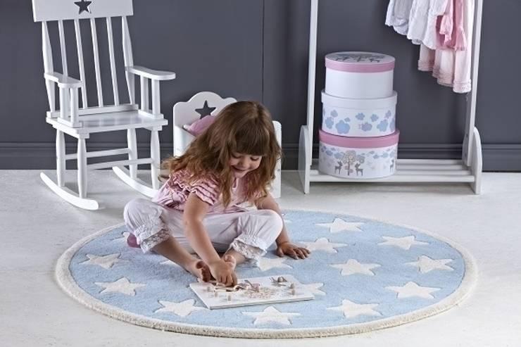 Dywan okrągły w gwiazdy - miejsce do zabawy i dekoracja pokoju: styl , w kategorii Pokój dziecięcy zaprojektowany przez Sklep Internetowy Kiddyfave.pl