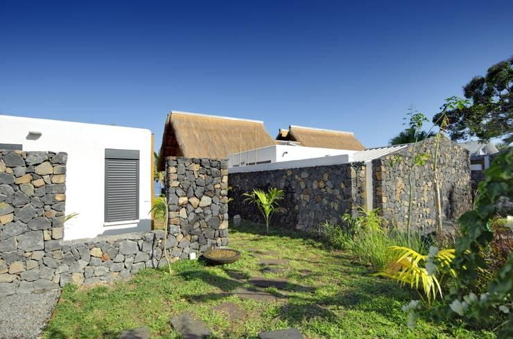 CONDOMINIUM: Maisons de style  par T&T architecture