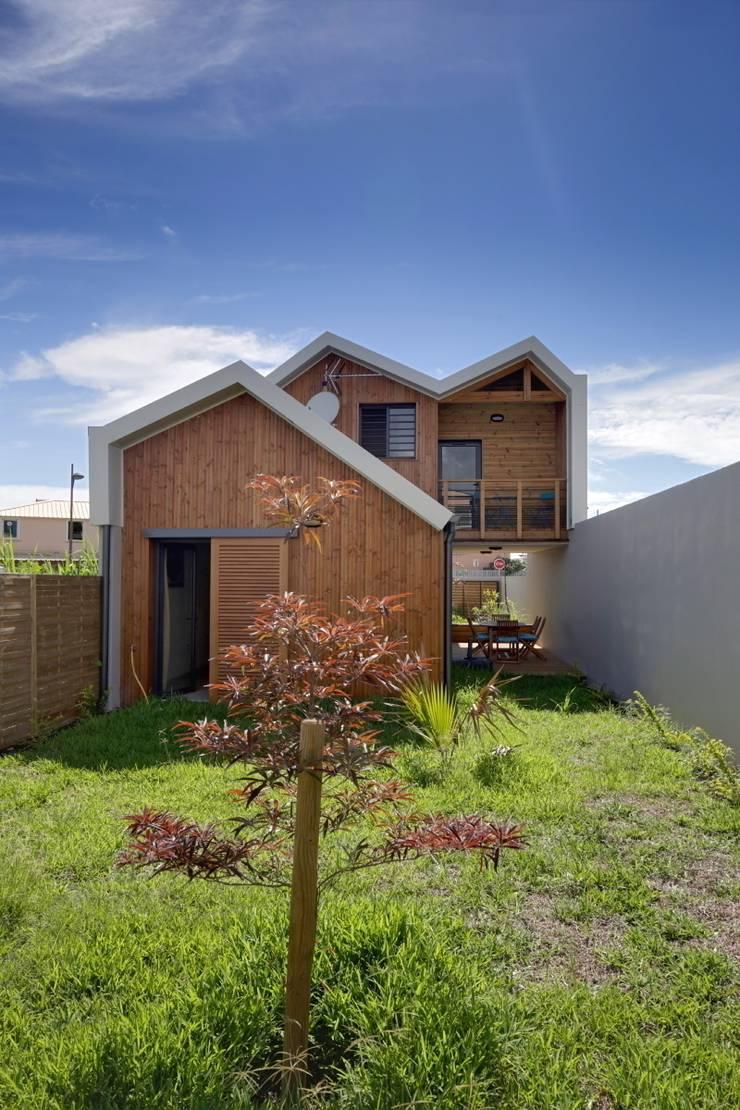 ECOLOGIA: Maisons de style  par T&T architecture,