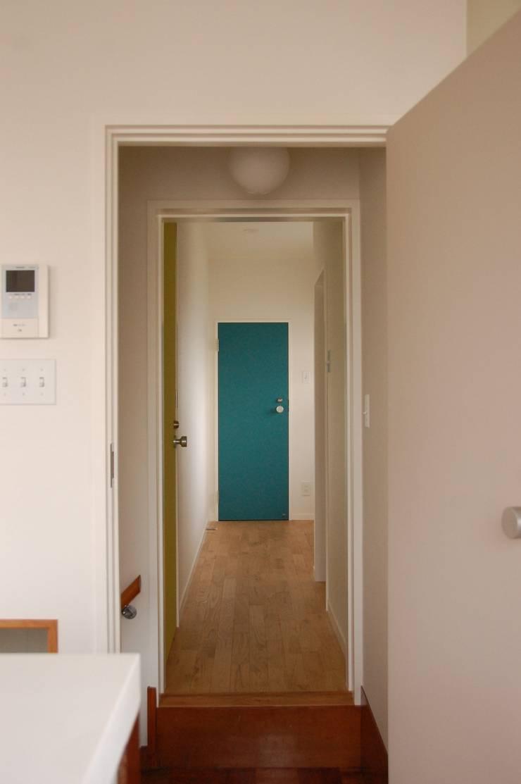 階段周りに窓のある家: sorama me Inc.が手掛けた窓です。,
