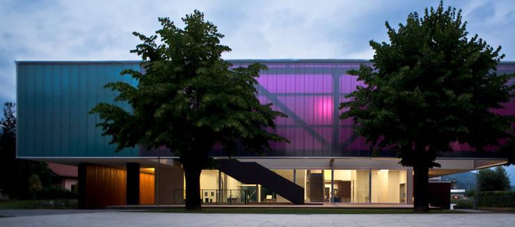 Centro Culturale Roberto Gritti, Ranica, Bergamo (foto: Alessandra Bello).:  in stile  di DAP studio + Paola Giaconia