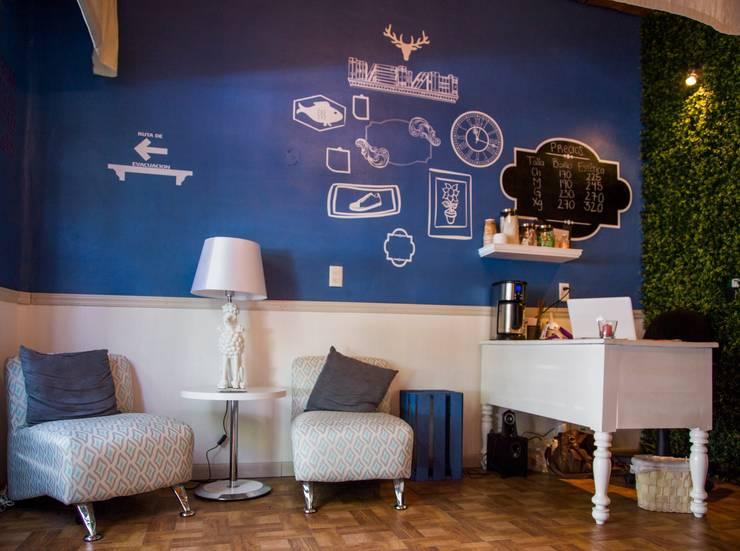 sala de espera: Espacios comerciales de estilo  por Armatoste studio