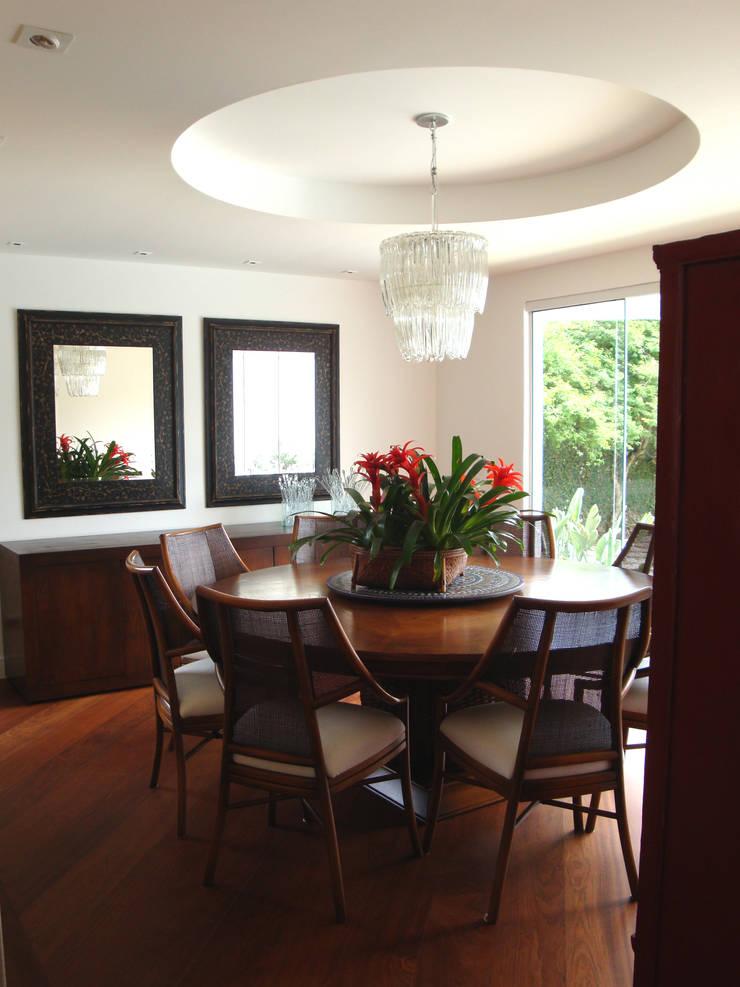 Casa GM: Salas de jantar  por Roesler e Kredens Arquitetura