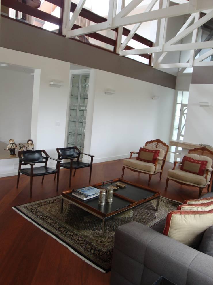 Casa GM: Salas de estar  por Roesler e Kredens Arquitetura