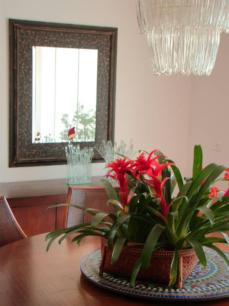 Casa GM: Sala de jantar  por Roesler e Kredens Arquitetura