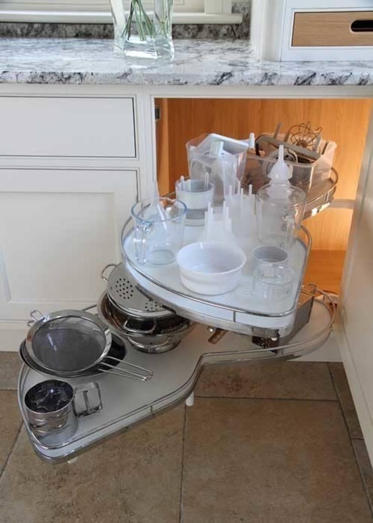 Magic corner:  Kitchen by John Ladbury and Company