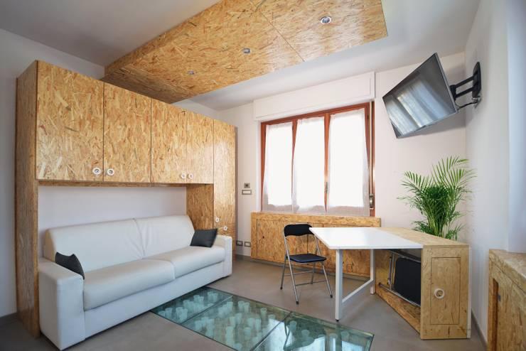 REBORN: Soggiorno in stile in stile Moderno di atelier qbe3
