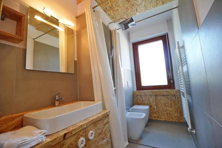 REBORN: Bagno in stile in stile Moderno di atelier qbe3