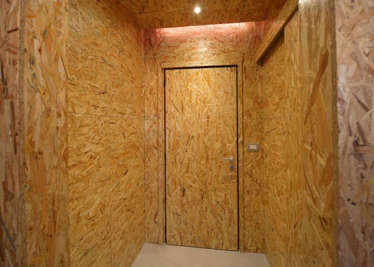 REBORN: Ingresso & Corridoio in stile  di atelier qbe3