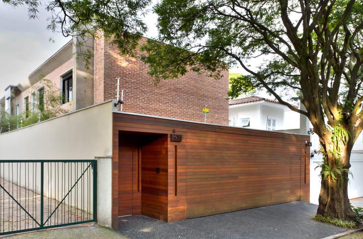 fachada: Casas  por PAULA BITTAR ARQUITETURA