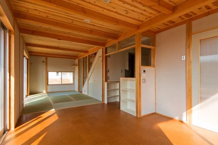 ダイニングから畳リビング・キッチンを見る。: 氏原求建築設計工房が手掛けたリビングです。