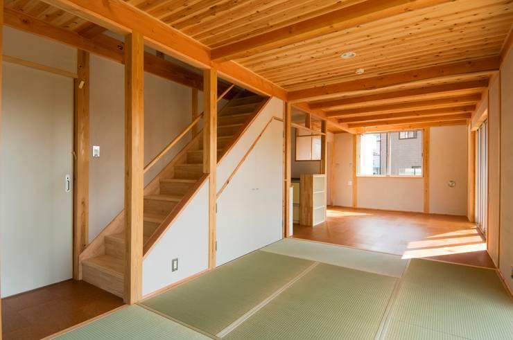 畳リビングからダイニング・階段を見る。: 氏原求建築設計工房が手掛けたダイニングです。