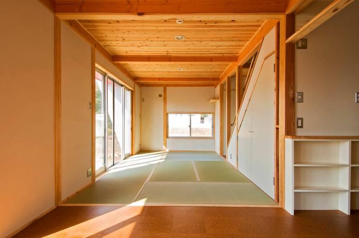 ダイニングから畳リビングを見る。: 氏原求建築設計工房が手掛けたリビングです。