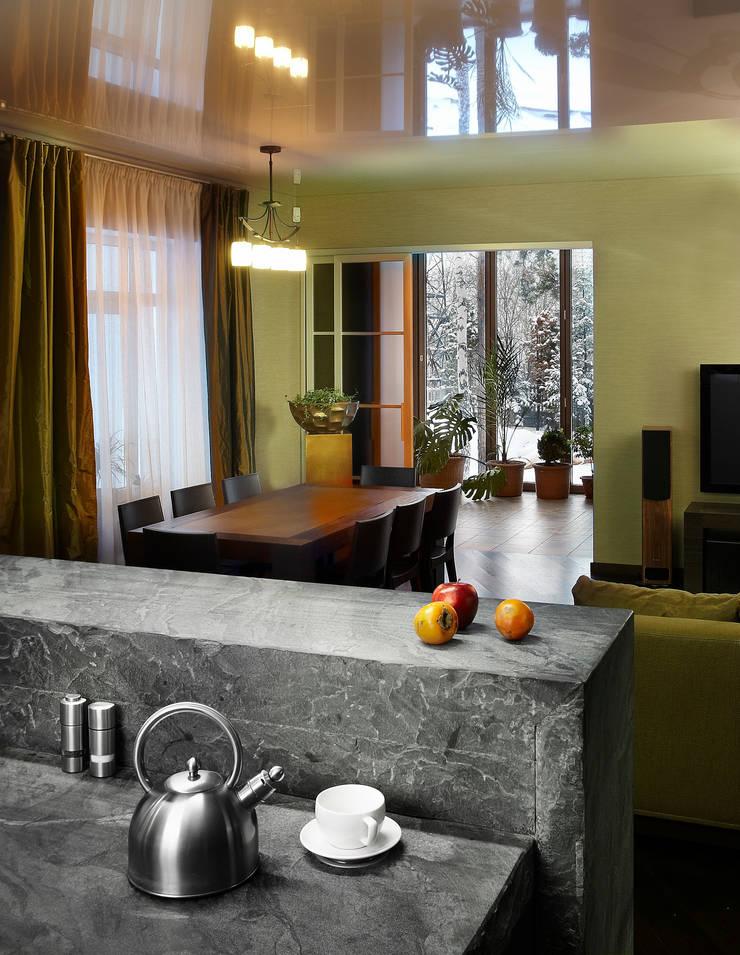 Вид из кухонной зоны на зимний сад: Кухня в . Автор – Baydyuk Design Company