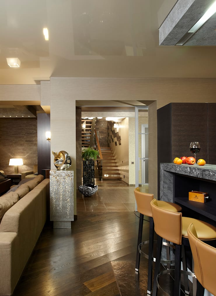 Вид из кухни на лестницу: Кухня в . Автор – Baydyuk Design Company