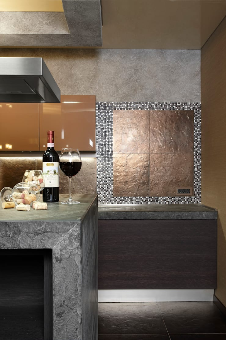 Отделка фартука кухни керамическим гранитом и мозаикой из натурального камня и металла: Кухня в . Автор – Baydyuk Design Company