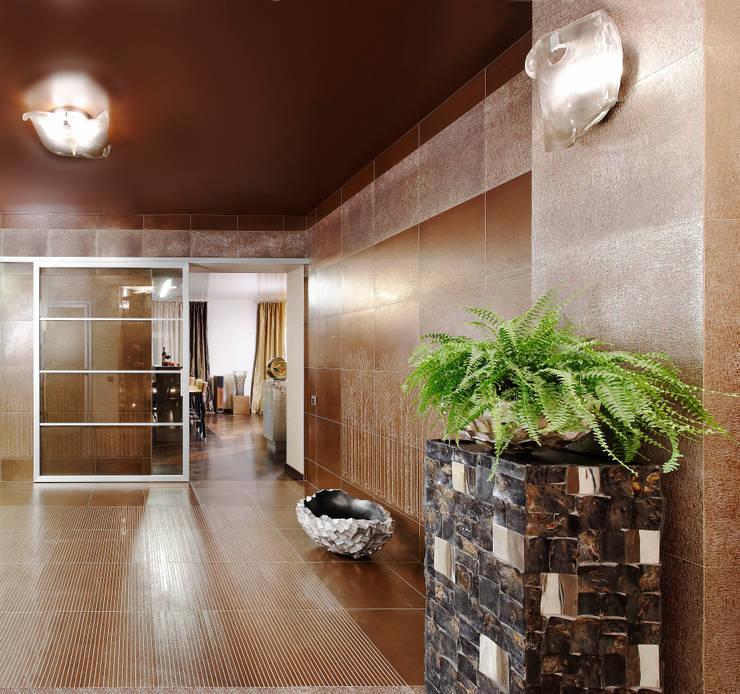 Откатная прозрачная дверь, сквозь которую виден декор керамогранита: Прихожая, коридор и лестницы в . Автор – Baydyuk Design Company