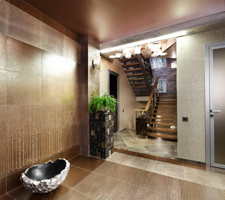 Вид из прихожей на лестницу: Прихожая, коридор и лестницы в . Автор – Baydyuk Design Company