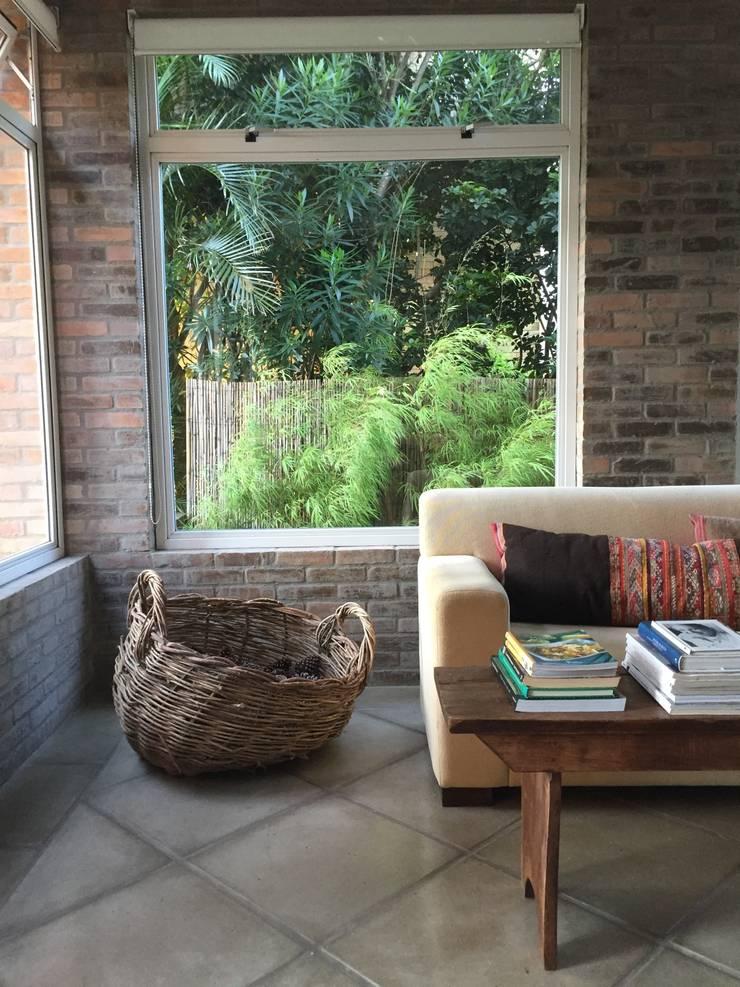 Residência LP: Salas de estar  por Tellini Vontobel Arquitetura