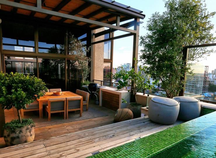 Modern balcony, veranda & terrace by Tellini Vontobel Arquitetura Modern