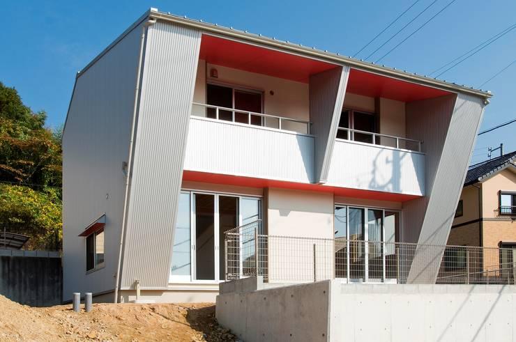 西南側外観: 氏原求建築設計工房が手掛けた家です。
