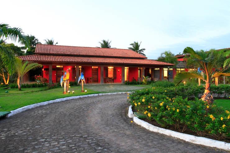 Casa Vermelha: Casas  por Andréa Calabria Arquitetura,