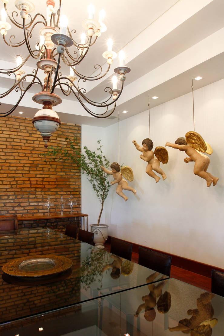 Casa Vermelha: Sala de jantar  por Andréa Calabria Arquitetura,