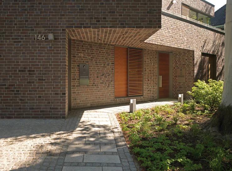 Zugang Praxis und Wohnung: moderne Häuser von KITZMANN ARCHITEKTEN