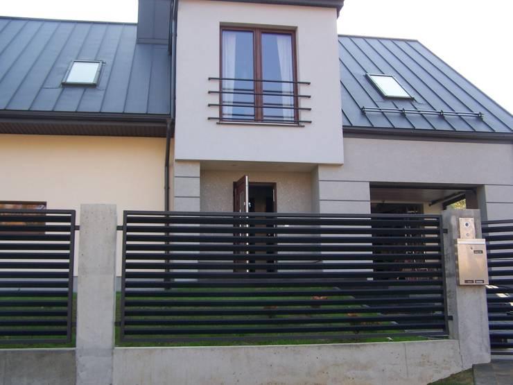 Ogrodzenie harmonizujace ze stylem zabudowy: styl , w kategorii  zaprojektowany przez SOLMET PUH  Import-Eksport