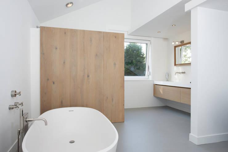 Badkamer Bloemendaal Baden Baden Interior : moderne Badkamer door Baden Baden Interior