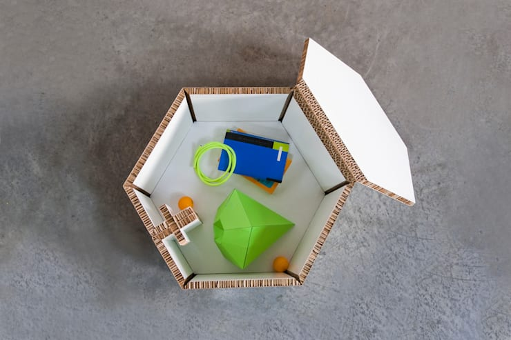 Hexa, mesita auxiliar con almacenamiento: Salones de estilo  de CARDBOARD FURNITURE AND PROJECTS